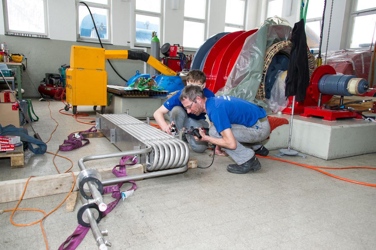 Kraftwerk-Spezialisten von EWA arbeiten an der Kühlschlange.